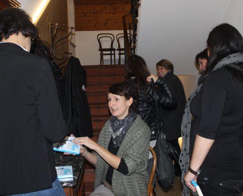 Daniela Alge beim Büchersignieren
