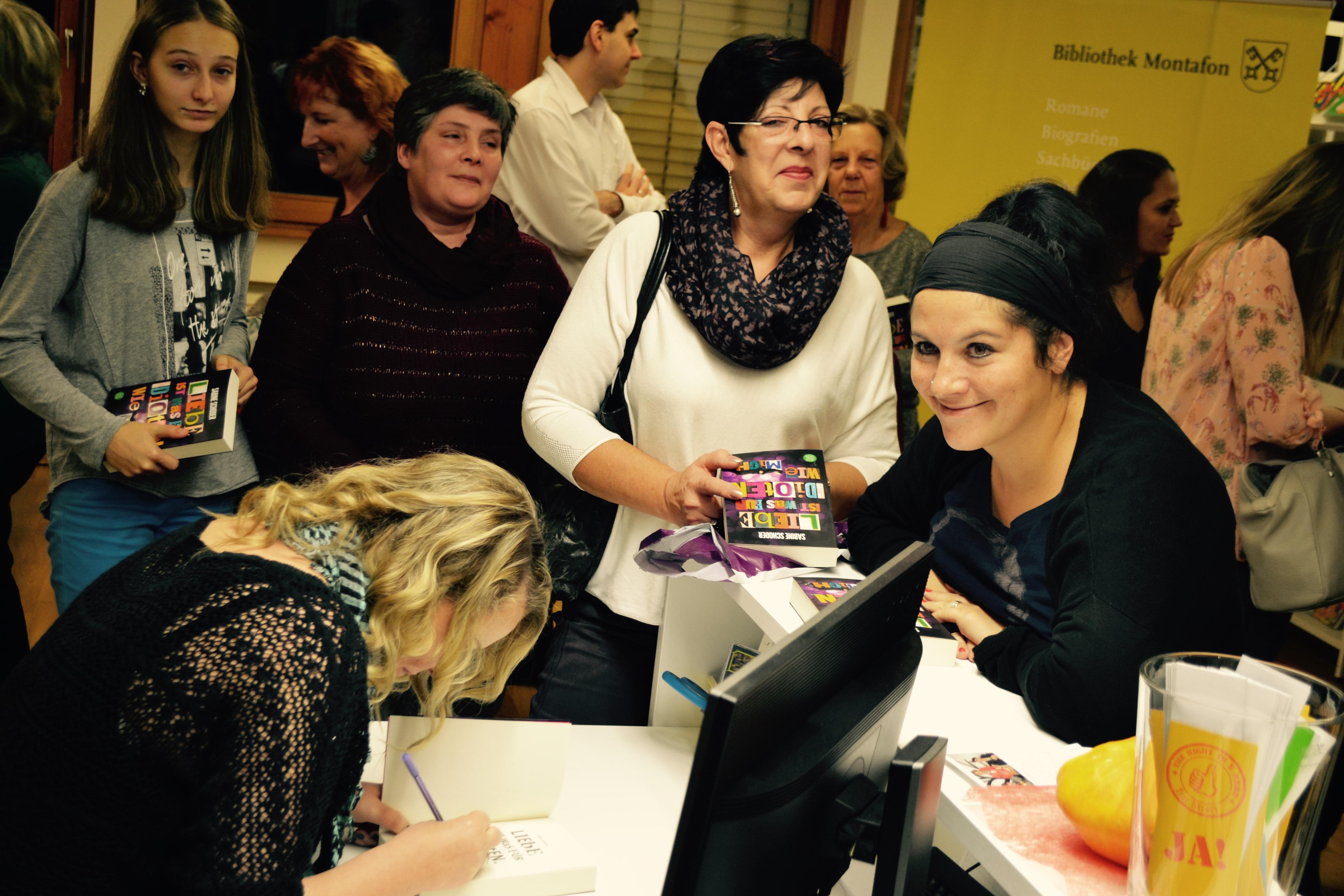 Sabine Schoder beim Büchersignieren