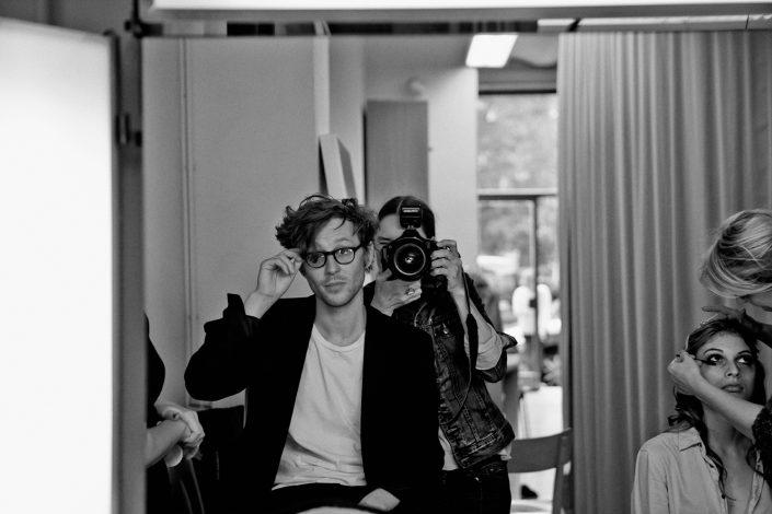 Am Set mit dem Österreichischen Fashion Designer Arthur Arbesser; ©Rafaela Proell