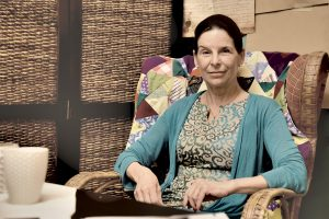 Sylvia Loibner im Atelier von Rainer Juriatti