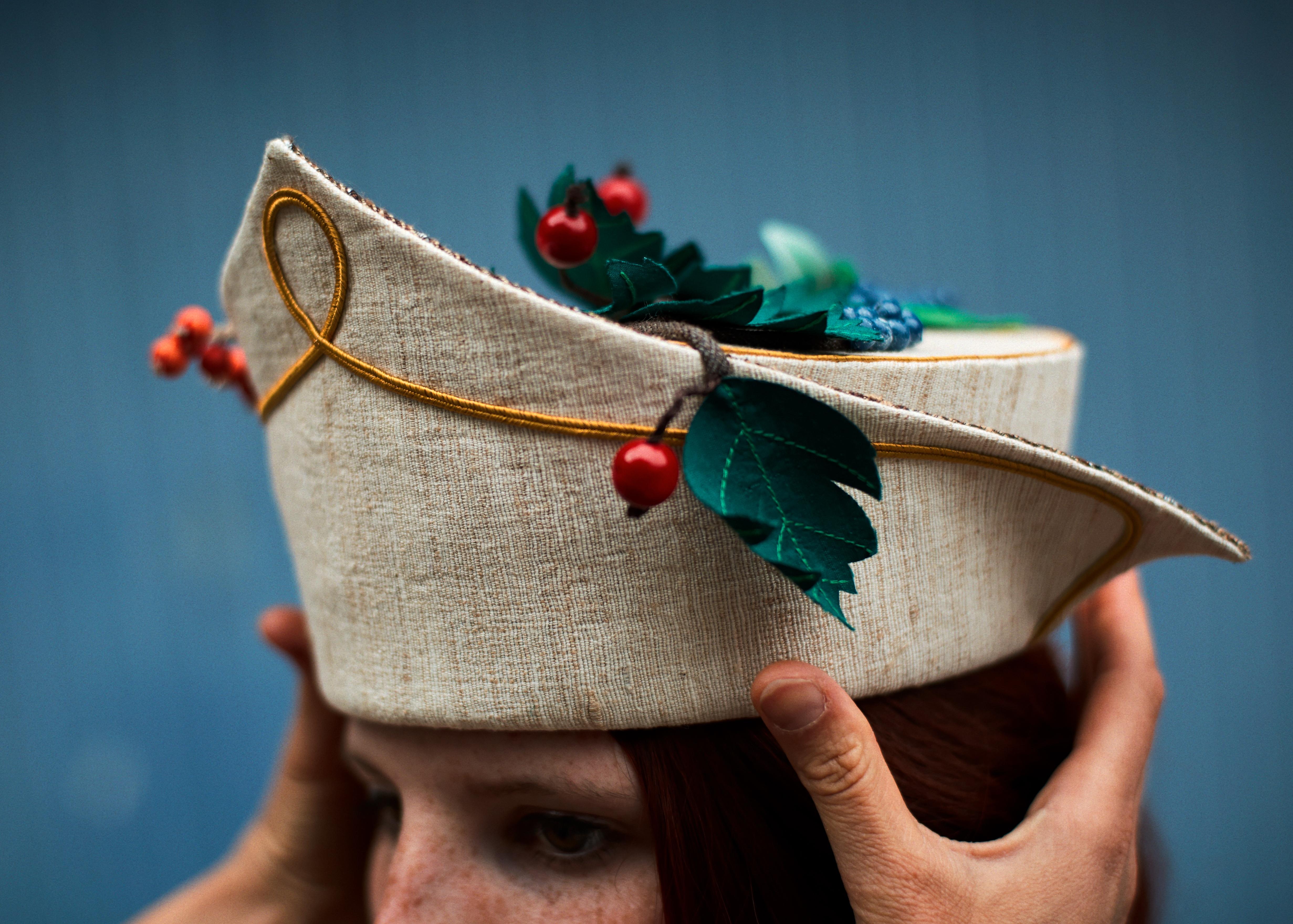 """Die Probe des Gesellenprüfungsstücks """"Erntedankfest""""; Modell: Laura Weißhaar, Foto: ©Ricardo Wiesinger"""
