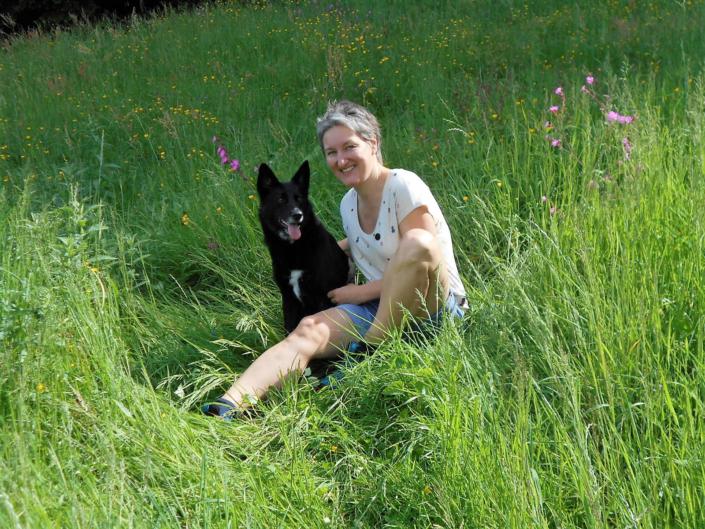 "Mirjam Steinbock mit ihrem Hund ""Kilja""; Foto: ©Mirjam Steinbock"