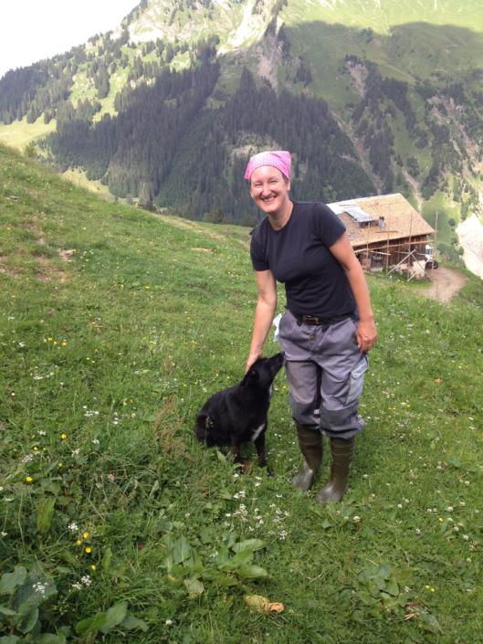 """Mirjam Steinbock mit ihrem Hund """"Kilja"""" auf der Alp; Foto: ©Mirjam Steinbock"""