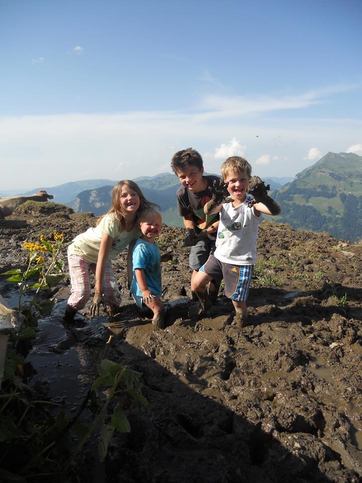 Mit kleinen Kindern auf der Alp; Foto: ©Heike Fink