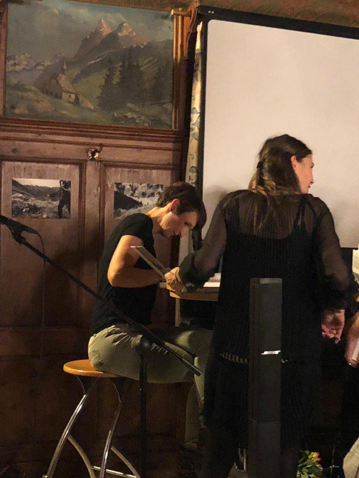 """Daniela Alge beim Büchersignieren; Foto: ©""""Schwarz auf Weiß"""""""